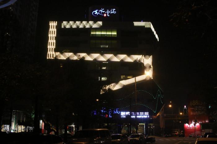 夜晚拍攝水雲端旗艦概念旅館